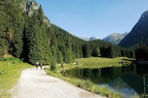 Lagorai lago sentiero bosco persone - Corradi
