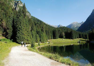 lagorai-lago-sentiero-bosco-persone-corradi